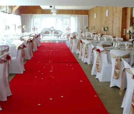 Décoration de salle de reception avec tapis rouge dans grande salle de mariage atypique