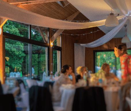 salle lumineuse et chaleureuse idéale pour un mariage à orgeres 35