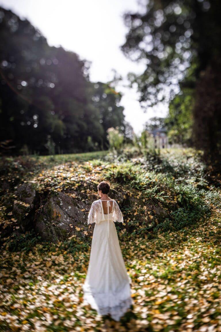 Mariée dans le parc du domaine près du château