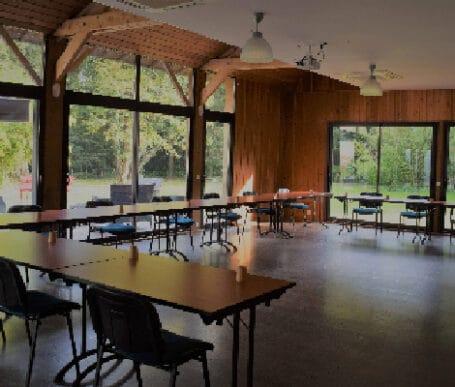 salles de reunions, de seminaires, salle de conférences et colloques lumineuses en pleine nature équipées avec video projecteurs et sonorisation capacité d'accueil jusqu'à 100 pers en réunion