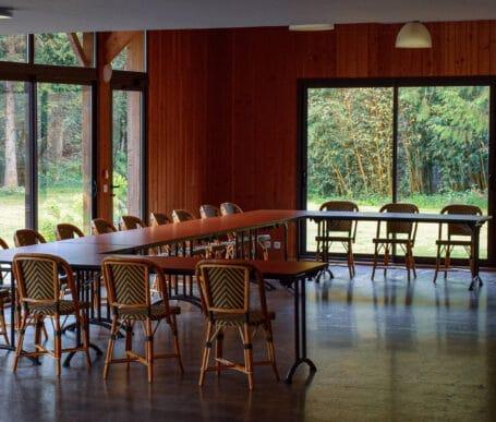 Salle de réunion de capacité 100 pers idéale pour les repas d'affaires, journées d'entreprise, conférence et séminaire autour de Rennes