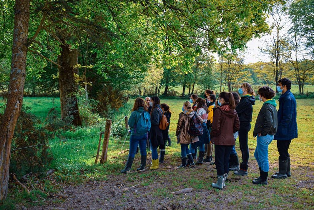 Une team étudiante motivée pour une activité en plein air près de rennes : la visite de la ferme du Haras près de Rennes et une réunion au champ